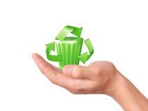 Рука держа зеленый рециркулируя символ Стоковые Фотографии RF