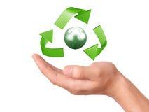 Рука держа зеленый рециркулируя символ Стоковое Изображение