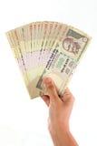 Рука держа индейца 500 примечаний рупии Стоковые Фотографии RF