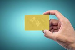 Рука держа карточку золота Стоковое фото RF