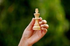 Рука держа короля шахмат Стоковая Фотография