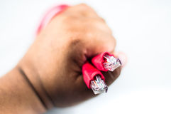 Рука держа красный кабель сети Стоковые Фотографии RF