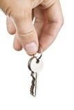Рука держа ключи стоковая фотография