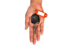 Рука держа ключ автомобиля изолированный стоковая фотография rf