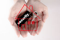 Рука держа ключ безопасностью снабжения жилищем, концепцию безопасности Стоковое Изображение RF