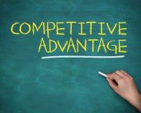 Рука держа мелок и писать конкурентное преимущество стоковое изображение rf