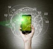 Рука держа мобильный телефон с зеленым экраном Стоковая Фотография