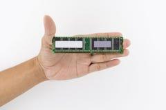 Рука держа обломок IC Стоковое Изображение