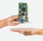 Рука держа обломок IC Стоковая Фотография