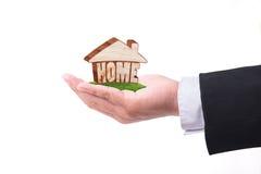 Рука держа домашнюю модель имущество принципиальной схемы реальное Стоковое Изображение