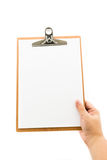 Рука держа доску сзажимом для бумаги Стоковое Изображение