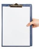 Рука держа доску сзажимом для бумаги Стоковая Фотография RF