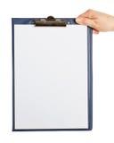 Рука держа доску сзажимом для бумаги Стоковые Изображения RF