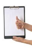 Рука держа доску сзажимом для бумаги Стоковые Изображения