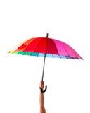 Рука держа пестротканый зонтик стоковые изображения