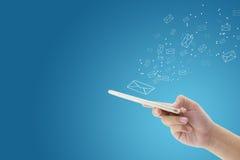 Рука держа проверку человека и посылая сообщение с электронной почтой в телефоне Стоковое Изображение RF