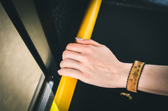Рука держа публично переход Стоковые Фотографии RF