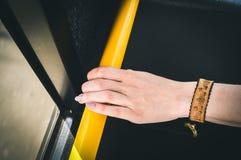 Рука держа публично переход Стоковая Фотография
