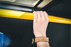 Рука держа публично переход Стоковое Изображение RF