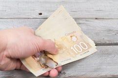 Рука держа пук коричневых бумажных денег Стоковое Фото