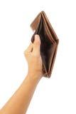 Рука держа пустой коричневый бумажник изолированный Стоковые Фото