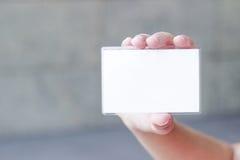 Рука держа пустую визитную карточку стоковые фото