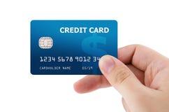 Рука держа пластичную кредитную карточку стоковая фотография rf