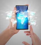 Рука держа современный мобильный телефон техники связи Стоковые Фотографии RF