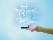 Рука держа телефон с цифровыми номерами Стоковые Фотографии RF