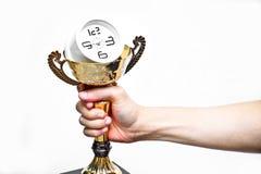 Рука держа трофей с часами стоковое фото rf