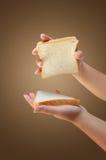 Рука держа хлеб Стоковое Изображение RF