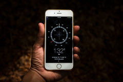 Рука держа цифровой передвижной компас стоковая фотография