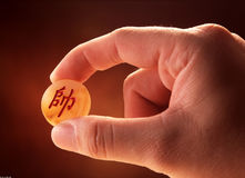 Рука держа часть китайского шахмат стоковые фотографии rf