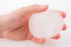 Рука держа шарик льда Стоковые Фотографии RF