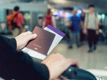 Рука держа людей посадочного талона пасспорта запачканные билетом путешествует Стоковые Фотографии RF