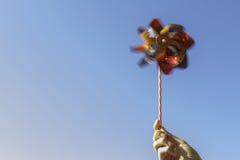 Рука держа pinwheel Стоковые Изображения