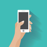 Рука держа smartphone с пустым экраном Стоковые Фото