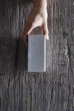 Рука держа unbranded коробку от верхней части Стоковое Изображение RF