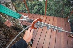 Рука держит кольцо безопасности на слинге кабеля Стоковая Фотография