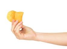 Рука держит несколько картофельные стружки стоковые фотографии rf