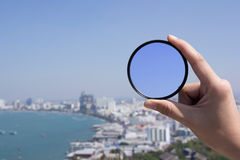 Рука держит объектив фильтра Стоковые Изображения