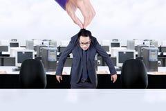 Рука держит работника в офисе Стоковые Фото