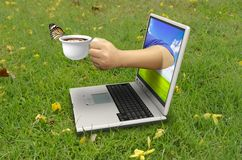 Рука держит чашку кофе Стоковые Фотографии RF