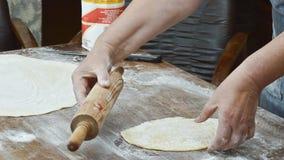Рука делая макаронные изделия Стоковое Фото
