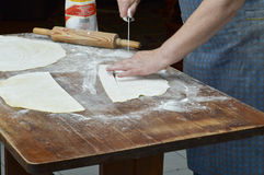 Рука делая макаронные изделия Стоковое Изображение RF
