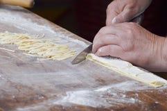 Рука делая макаронные изделия Стоковое Изображение