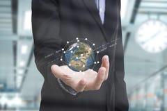 Рука дела держа нововведение дела концепции земли глобуса Стоковое Изображение