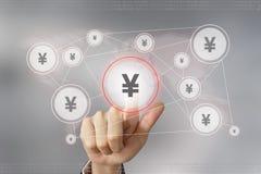 Рука дела нажимая кнопку валюты японских иен Стоковые Фото