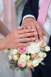 Рука жениха и невеста с кольцами для wedding букета Стоковая Фотография RF
