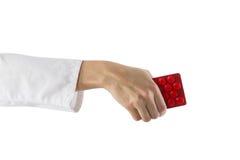 Рука женского доктора держа медицинские пилюльки изолированный на белой предпосылке помогите сперва Стоковое Фото